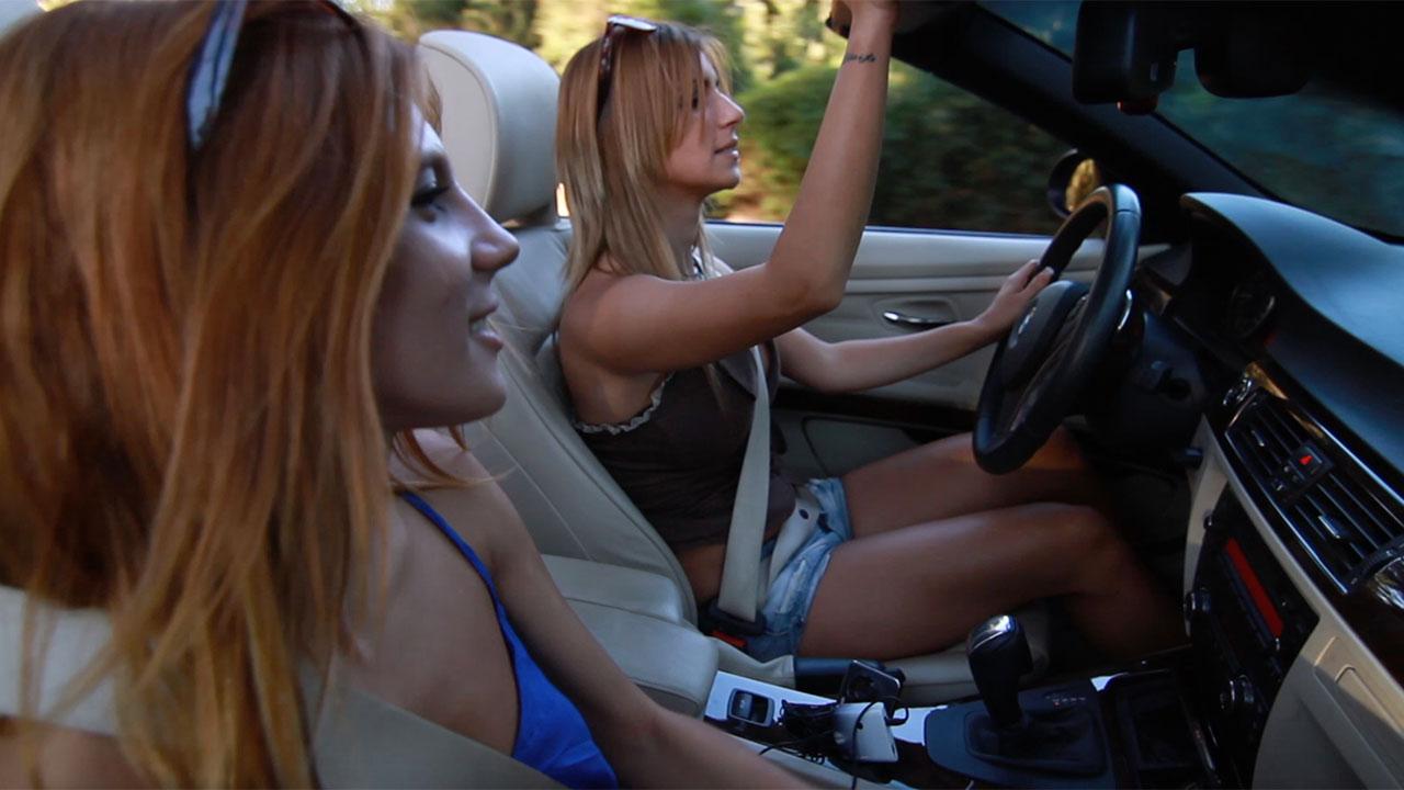 Девушки на крутой машине с именными номерами
